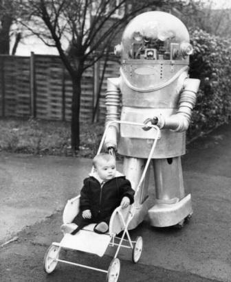 niño con robot cuidador