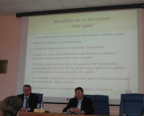 Ponente, presentador y diapositiva sobre por qué se revisa la directiva