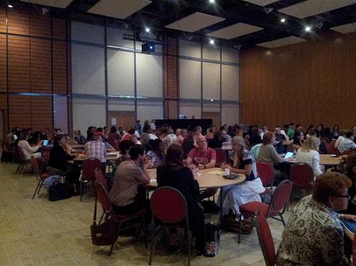 Mesas con participantes