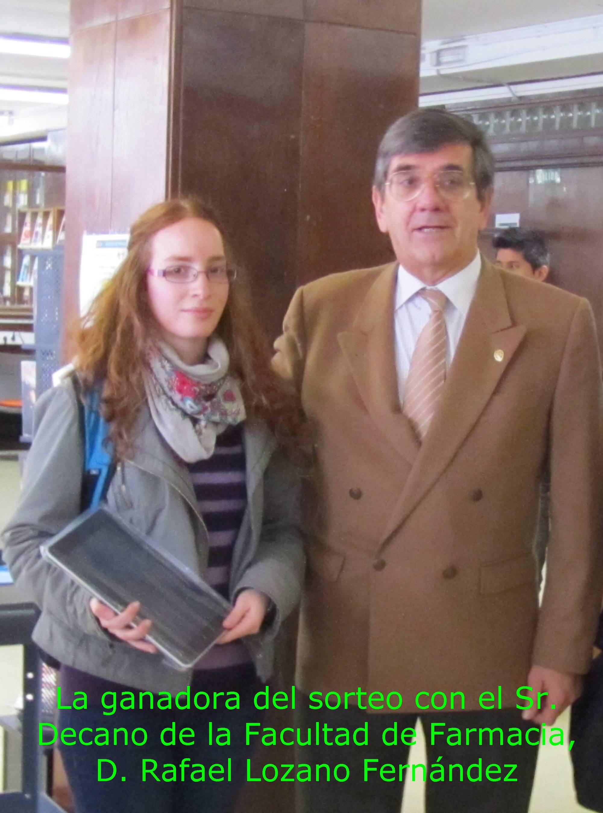 La ganadora con el Sr. Decano de la Facultad de Farmacia