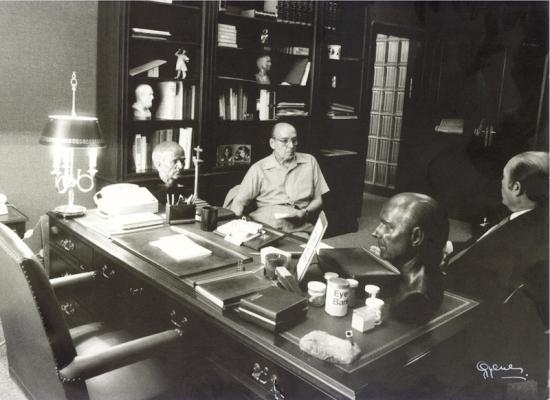 Castroviejo en su despacho