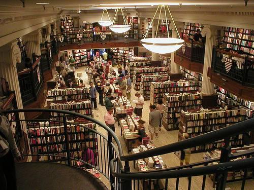 Interior de librería grande