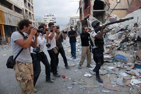 Varios fotógrafos tras policía armado