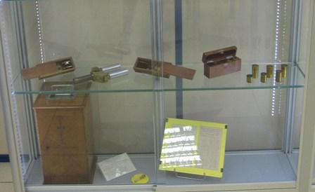 """Cajitas de láminas y oculares. Carro. Juego Binocular. Caja y piezas de microscopio """"C. Reichert""""."""