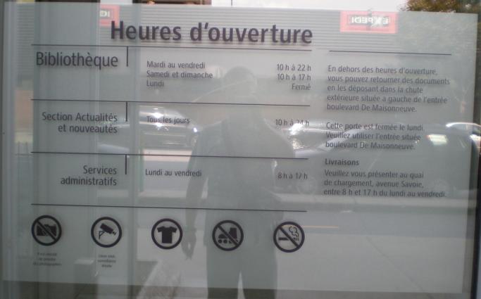 Foto del horario de la Biblioteca de Montreal