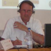 Jim Rettig con cascos para la traducción simultánea