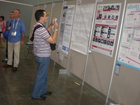 Alejandro tomando una foto de un póster de Singapur